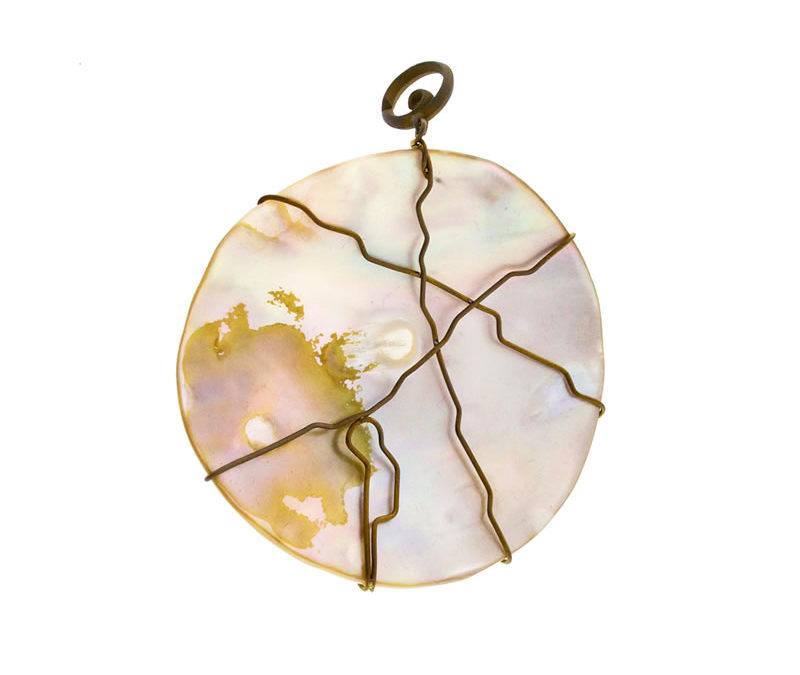 round mother of pearl pendant